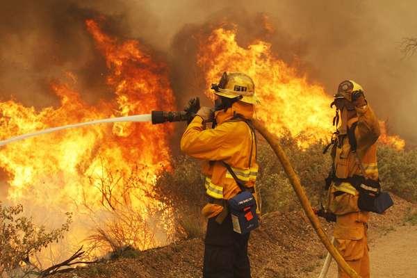 3 de maio - Bombeiros combatem incêndio florestal no parque florestal Point Mugu, no Estado americano da Califórnia. Pelo menos 8 mil acres já foram consumidos pelas chamas alastradas pelo vento no sudeste da Califórnia, segundo informaram as autoridades na quinta-feira. Cerca de 3 mil casas estão ameaçadas pelas chamas