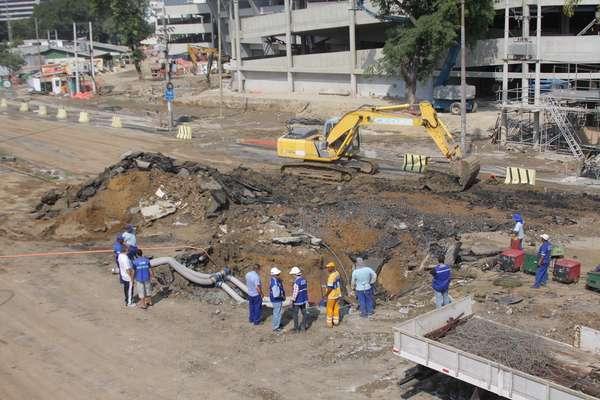 Rompimento de tubulação abriu uma cratera na radial Oeste no Rio de Janeiro neste domingo