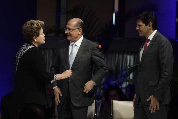 De partidos opositores, presidente Dilma Rousseff (PT) e governador Geraldo Alckmin (PSDB) dividiram o palanque em São Paulo nesta segunda-feira