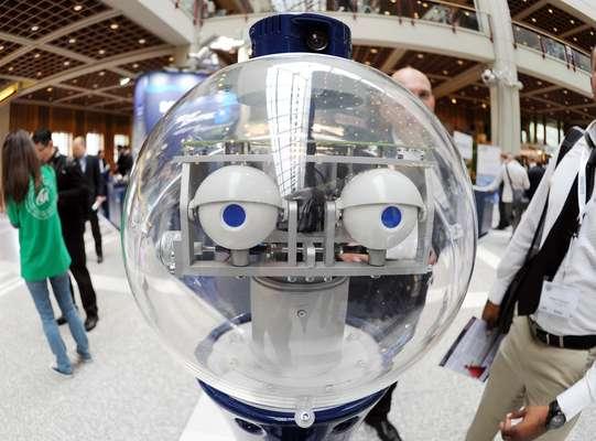 O robô SCITOS G5, fabricado pela MetraLabs, é apresentado durante a Feira Internacional de Robótica e Automação, na Alemanha