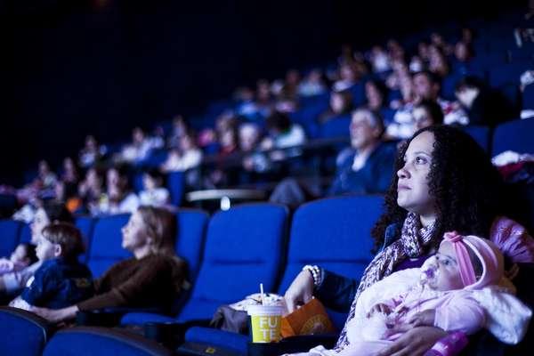 CineMaterna oferece sessões de cinema especiais para mães levarem seus bebês de até 18 meses
