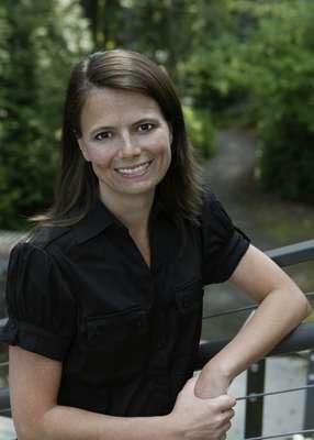 Desde 2002 na Microsoft, Amy Hood foi promovida em maio de 2013 a vice-presidente de Finanças da gigante de Redmond. Antes, ela trabalhava na divisão do pacote Office, a unidade mais lucrativa da desenvolvedora do Windows. A promoção de Amy surpreendeu analistas, que acreditavam que Tami Reller, diretora da divisão do sistema operacional, assumiria o cargo