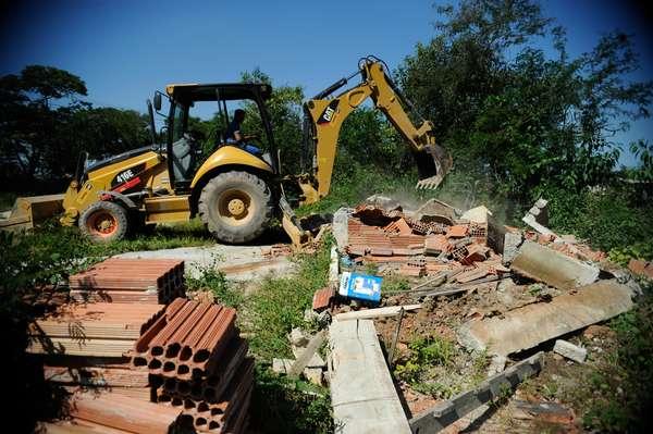 A prefeitura de Duque de Caxias começou a demolir casas construídas irregularmente na Cidade dos Meninos, terreno da União que está contaminado pelo pesticida BHC, popularmente conhecido como pó de broca