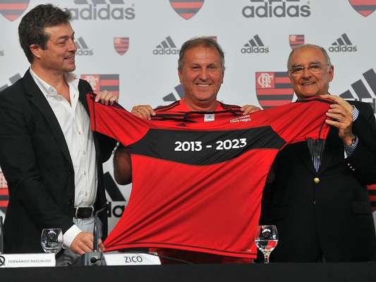 Flamengo anunciou nesta quinta-feira, em entrevista coletiva no Rio de Janeiro, o acordo de dez anos com a adidas para receber materiais esportivos da empresa alemã; compromisso dura até 2023, com possibilidade de renovação