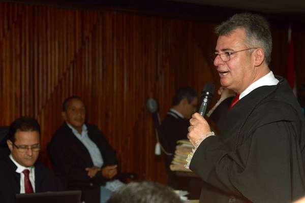 10 de maio O advogado José Fragoso argumenta em defesa dos réus durante o julgamento
