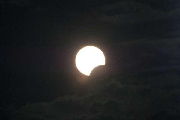 Eclipse solar parcial (quando somente uma parte do Sol é ocultada pelo disco lunar) é visto em Bali, na Indonésia, nesta sexta-feira
