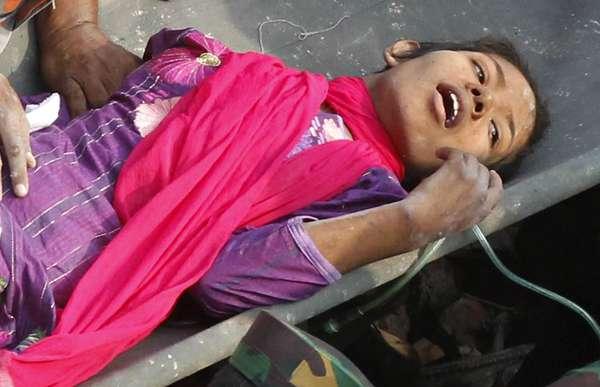 Socorristas carregam em maca mulher que passou 16 dias sob os escombros do prédio Rana Plaza em Savar, subúrbio da capital Daca. A sobrevivente, que foi identificada como Reshma, foi resgatada sem ferimentos graves. Ela recebeu água e comida e foi encaminhada para um hospital