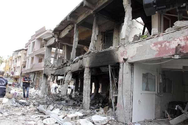 11 de maio - Policiais inspecionam local da explosão dos carros-comba, que feriram mais de 100 pessoas