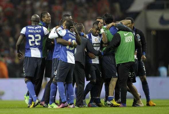 A decisão entre Porto e Benfica terminou com emoção no Estádio do Dragão, neste sábado. Um gol do brasileiro Kelvin, nos acréscimos, determinou a vitória por 2 a 1 e colocou o Porto mais perto do título do Campeonato Português