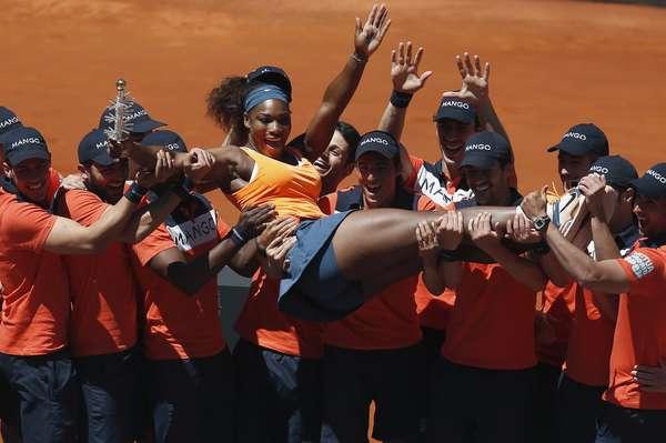 A americana Serena Williams confirmou o histórico positivo sobre Maria Sharapova, venceu a russa neste domingo e se sagrou campeã do Premier de Madri