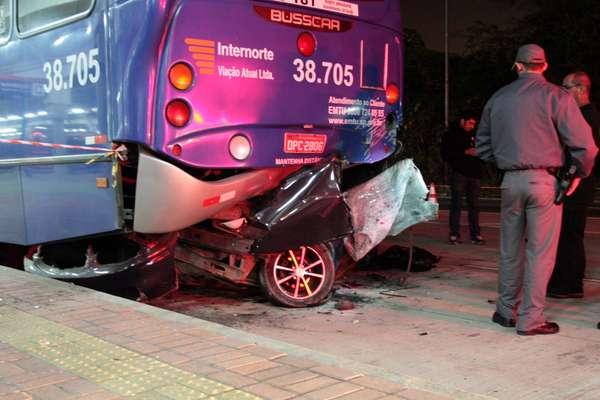 O veículo entrou embaixo do ônibus que estava estacionado