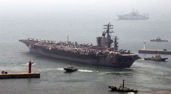 O USS Nimitz, um dos maiores navios de guerra do mundo com suas 97 mil toneladas, partiu do porto sudeste de Busan para realizar exercícios com a Marinha da Coreia do Sul perto da cidade industrial de Pohang no Mar do Leste (Mar do Japão), informaram as Forças Conjuntas de Coreia do Sul e EUA