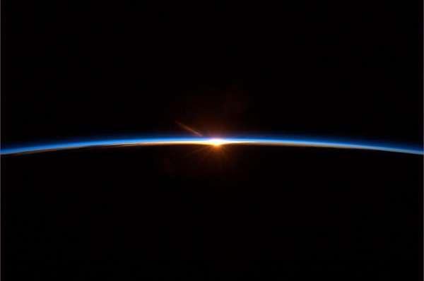 """Chris Hadfield posta o que chama de """"foto final da viagem espacial"""", em 13 de maio, quando retornou à Terra. """"Para alguns pode parecer um por do sol, mas é um novo alvorecer"""", diz. O astronauta, que fez sucesso com vídeos sobre como é viver no espaço, anunciou nesta semana sua aposentadoria. Veja a seguir as melhores imagens feitas pelo canadense da Terra vista do espaço"""