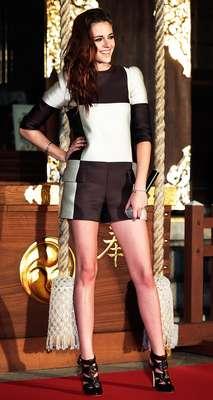 A atriz Kristen Stewart usa macaquinho quadriculado em preto e branco da Louis Vuitton