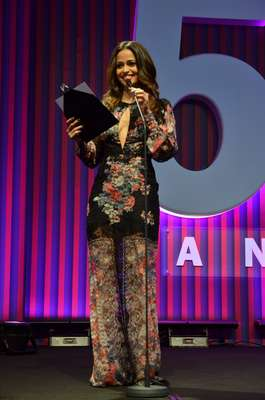 A atriz Nanda Costa escolheu uma peça de fundo preto, com rendas e bordados e decote profundo na frente. Na região das pernas, os bordados ficam mais claros e chegam a lembrar pernas de um macacão. Fora isso que está comprido demais. Sabe aquela história do menos é mais? Pois cairia como uma luva aqui
