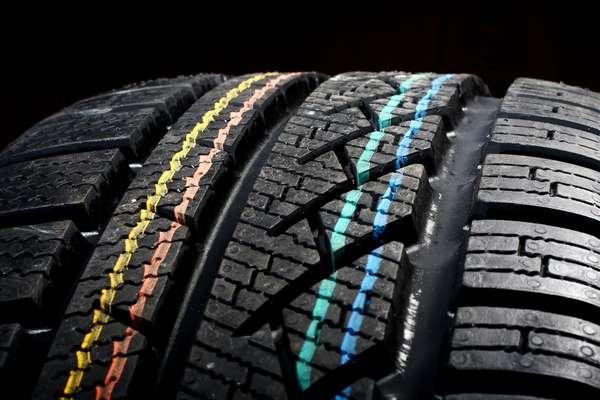 Sulcos são os frisos entre as bandas de rodagem dos pneus. Ela que indicam quando devem ser trocados