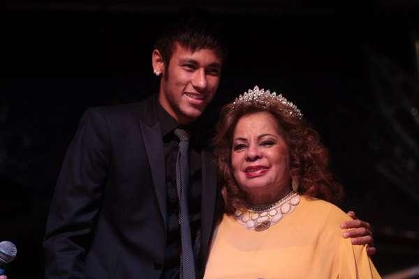"""Ângela Maria recebeu uma homenagem no Clube Ipiranga, em São Paulo, em um evento que comemorou seus 60 anos de carreira e 84 de idade. Neymar foi o responsável por """"coroar"""" a estrela da música"""