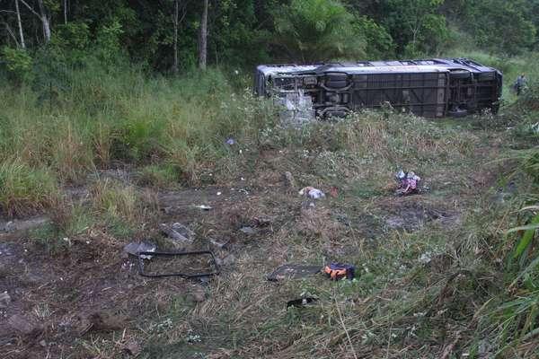 Acidente grave deixou11mortos e 18feridosapós ônibus capotar na manhã desta quarta-feira, na BR-101, na Bahia