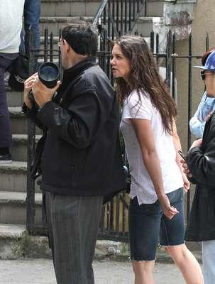 Katie Holmes ficou enfurecida por ter seu trabalho interrompido pelo paparazzo Steve Sands, durante as gravações do longa Mania Days, em Nova York