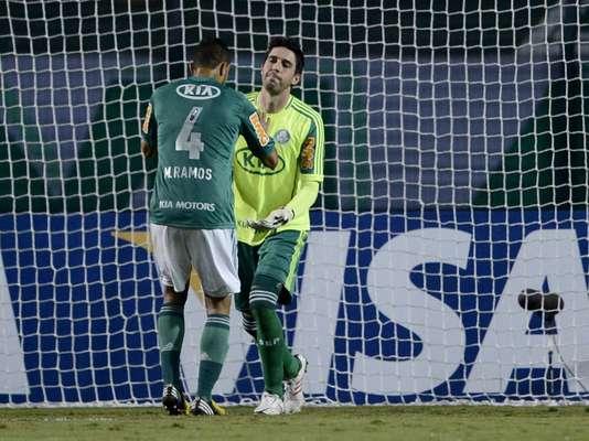 Bruno é consolado por Maurício Ramos após cometer falha grotesca que resultou em gol do Tijuana no primeiro tempo da partida pelas oitavas de final da Copa Libertadores; o Palmeiras acabou derrotado pela equipe mexicana e deu adeus à competição