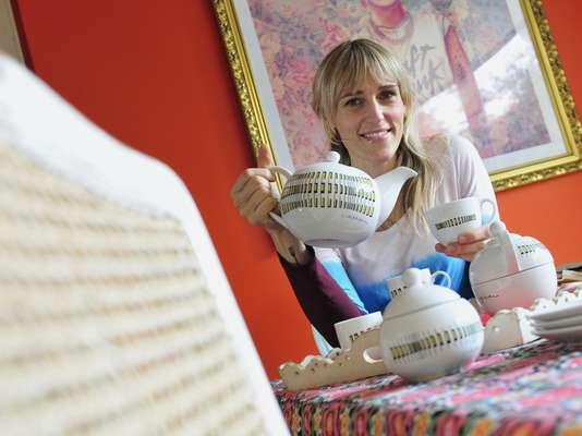Su casa es una cálida y ecléctica muestra de estilos, por lo que la chef Virginia de María la porcelana Movimiento le cae como un regalo del cielo
