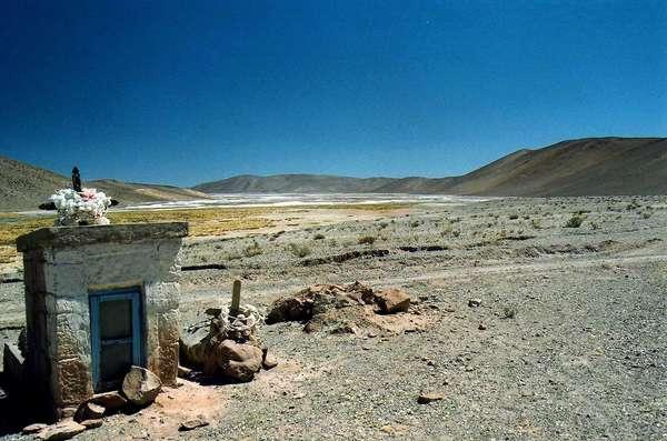 Paralela à cordilheira dos Andes, a Rota 40 é uma estrada que percorre a Argentina de norte a sul, entre La Quiaca, na fronteira com a Bolívia, e Cabo Virgenes, na patagônia. Começando pelo norte, na província de Catamarca, encontram-se paisagens áridas em meio a montanhas avermelhadas de até seis mil metros e salares como o Salar del Hombre Muerto