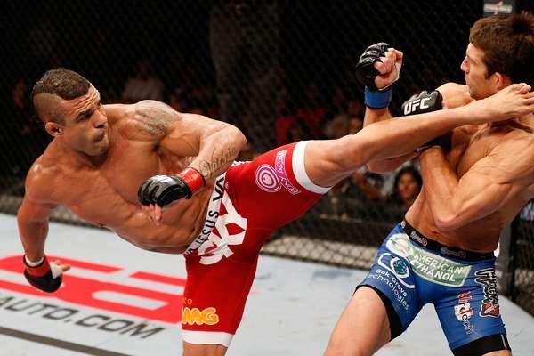 Vitor Belfort conseguiu um chute rodado impressionante e nocauteou Luke Rockhold na luta principal do UFC em Jaraguá do Sul neste sábado. O triunfo veio aos 2min32 do primeiro round e comprovou a boa fase do veterano, cada vez mais próximo de uma revanche com Anderson Silva pelo cinturão dos médios