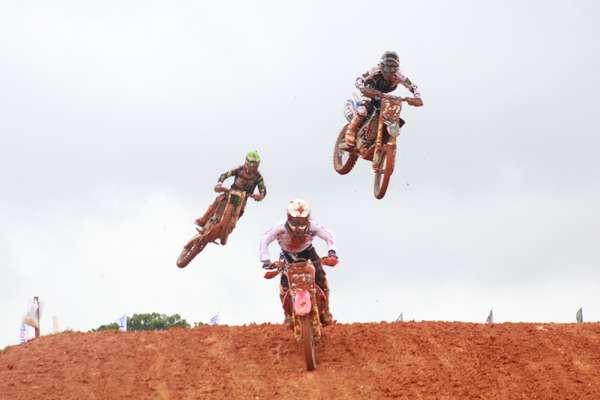 A etapa brasileira do Mundial de motocross movimentou o Parque Beto Carreiro, em Penha, no litoral de Santa Catarina; veja imagens das disputas nas categorias MX2 e MX1