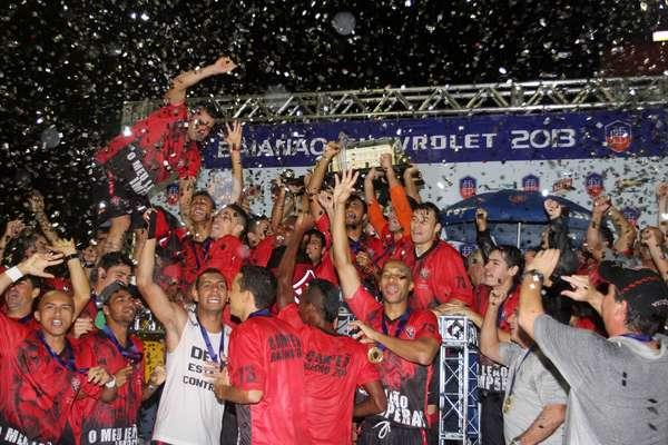 Com empate por 1 a 1 contra o Bahia, o Vitória confirmou o título baiano e fez a festa no Barradão; veja