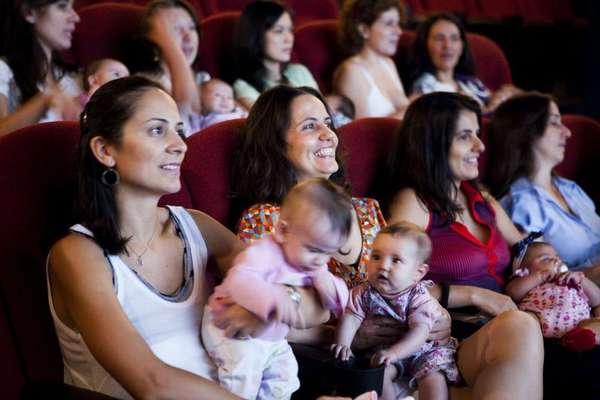 O CineMaterna é um projeto sem fins lucrativos que oferece sessões especiais de cinema para mães e bebês de 0 a 18 meses