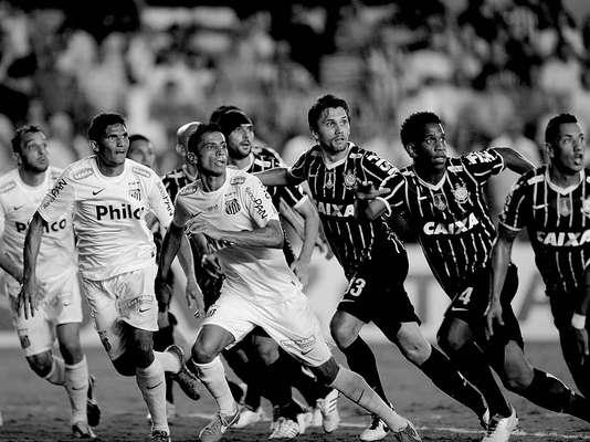 Em jogo neste domingo na Vila Belmiro, Santos e Corinthians ficaram no empate por 1 a 1, em duelo pelas finais do Campeonato Paulista. O resultado deu ao time do técnico Tite o título estadual. Mas dentro e fora de campo, cenas deram charme especial ao jogo. Confira: