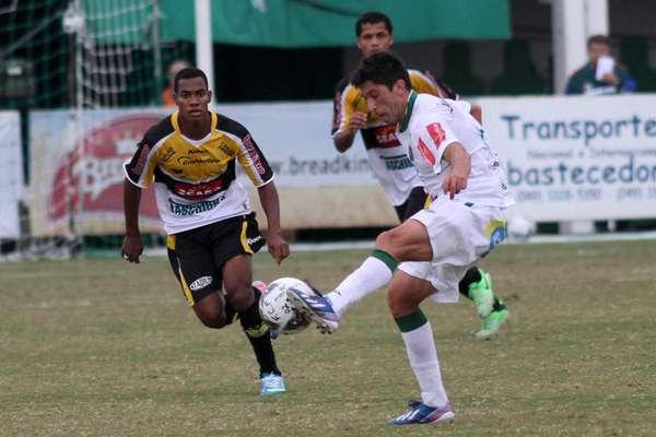 O Criciúma conquistou neste domingo o título do Campeonato Catarinense de 2013; jogando na Arena Condá, em Chapecó, o time do técnico do técnico Oswaldo Alvarez acabou derrotado pela Chapecoense por 1 a 0, mas levou a melhor por ter vencido por 2 a 0 o primeiro jogo da final no Estádio Heriberto Hülse.