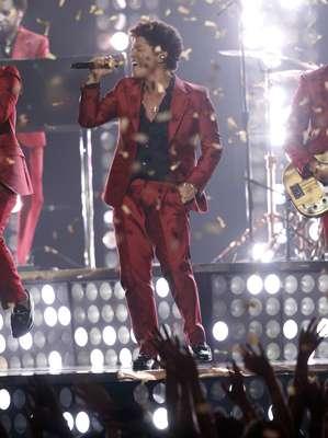 Bruno Mars tuvo la responsabilidad de abrir la ceremonia de premiación. Para ello lució un traje de color rojo que combinó con una camisa negra.