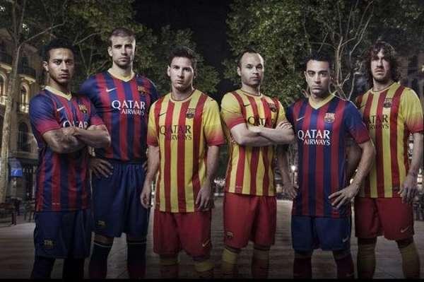Los jugadores del primer equipo de Barcelona posaron con los nuevos uniformes para la temporada 2013-2014 remontándose a los colores y los diseños más tradicionales.