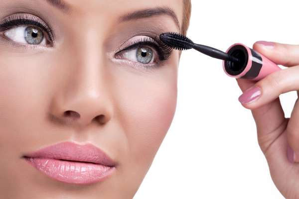 Utilizado para realçar o olhar, rímel deve ser removido corretamente para não deixar resíduos na região do olho