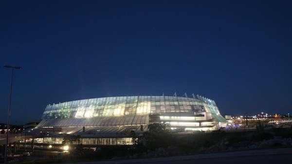 A Arena Pernambuco, palco de jogos da Copa das Confederações, será inaugurada em amistoso, nesta quarta-feira, entre Náutico e Sporting. O jogo será às 20h (de Brasília), mas os portões foram abertos às 18h e por isso muitos torcedores se anteciparam para já conhecer o local