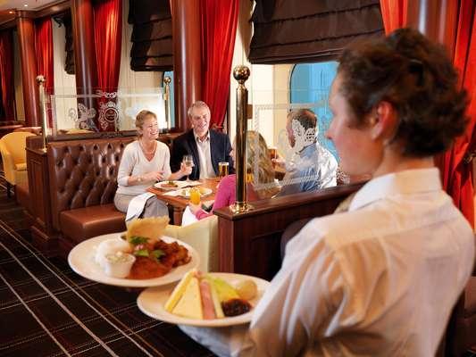 1 - Golden Lion Pub A bordo do Queen Mary 2, um dos navios mais luxuosos e requintados do Mundo, da Cunard Line, fica justamente um restaurante informal. O Golden Lion Pub serve comida típica de pubs ingleses, como salsichas com purê, peixe com batatas chips e até escondidinhos