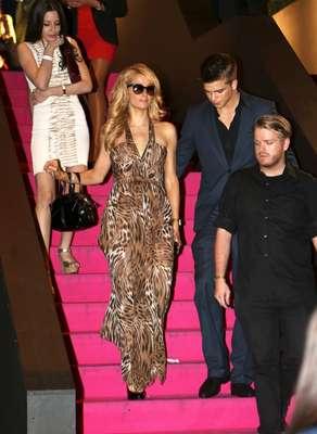 Paris Hilton foi fotografada com um pedaço de papel higiênico preso ao sapato ao sair de uma casa noturna com o namorado River Viiperi, em Cannes