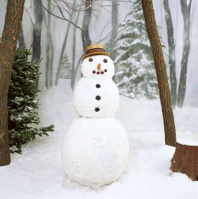 O homem boneco de neve é arredondado no estômago e no peito, formando um 8