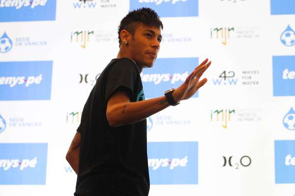 Assim como fez na Vila Belmiro, um dia antes, Neymar não respondeu perguntas sobre seu futuro, nesta quinta-feira. Ele fez apenas uma declaração sobre a parceria fechada entre seu instituto e a empresa Tenys-pé Baruel