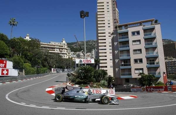 Embalado pelas pole positions conquistadas nas duas últimas etapas da Fórmula 1, o alemão Nico Rosberg dominou o primeiro dia de trabalhos para o Grande Prêmio do Mônaco. Rosberg havia comandado o primeiro treino em Mônaco com 1min16s195 e melhorou o rendimento na segunda sessão, com 1min14s759. Veja mais fotos da sessão: