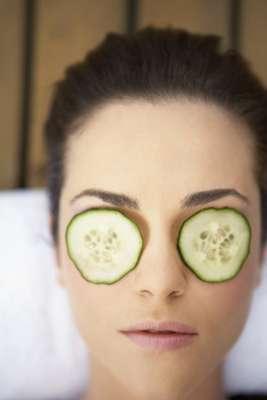 Colocar rodelos de pepinos sobre os olhos para refrescar essa região do rosto