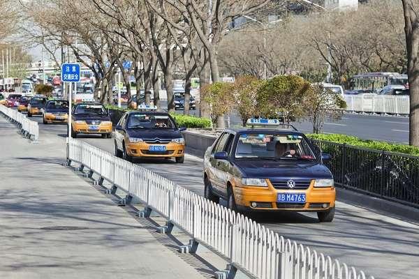 Os táxis são a melhor opção para quem vai visitar Pequim. Além de ter uma frota com mais de 70 mil veículos, as tarifas estão entre as mais baixas do mundo. O valor da bandeirada é de 10 yuanes, cerca de R$ 3. O custo da corrida é de 2 yuanes (R$ 0,60) por quilômetro rodado. Após 15 km, o valor sobe para 3 yuanes, cerca de R$ 1. Lembre-se, apenas, de ter o destino escrito em chinês, para facilitar o entendimento do motorista.