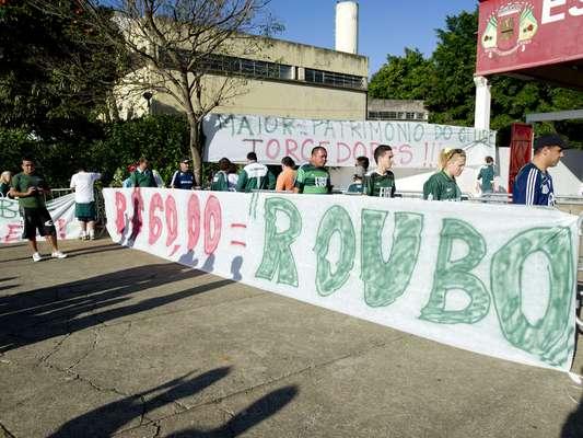 Principal organizada do Palmeiras, a Mancha Alviverde protestou em Itu, neste sábado, onde o time estreia pela Série B, contra o preço dos ingressos e a atitude da diretoria