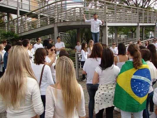 Um grupo de alunos de medicina da Universidade Blumenau (Furb), em Santa Catarina, realizou um protesto na manhã deste sábado pelas ruas da cidade