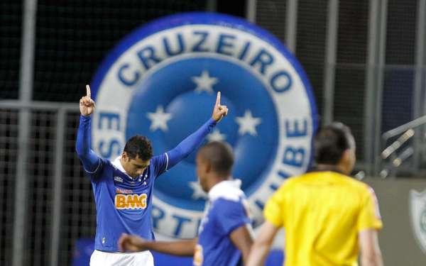 Diego Souza festeja gol do Cruzeiro diante do Goiás. A equipe mineira venceu a rival por 5 a 0 na estreia do Campeonato Brasileira, na Arena Independência