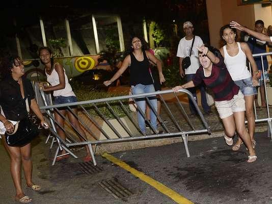 As barras de proteção não foram o suficiente para conter as fãs de Neymar nesta terça-feira, na apresentação da Seleção Brasileira no Rio de Janeiro para a disputa da Copa das Confederações em solo nacional