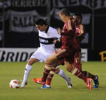Olimpia de Paraguay clasificó este miércoles a las semifinales de la Copa Libertadores de América 2013 al vencer 2-1 al Fluminense de Brasil 2-1, en partido de vuelta de los cuartos de final disputado ante más de 30.000 espectadores en el estadio Defensores del Chaco de Asunción.