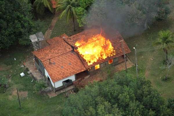 30 de maio - Indígenas atearam fogo em prédios da Fazenda Buriti, em Sidrolândia, durante operação de reintegração de posse realizada na quinta-feira. Durante confronto com policiais militares e federais, um índio morreu baleado e outros quatro ficaram feridos
