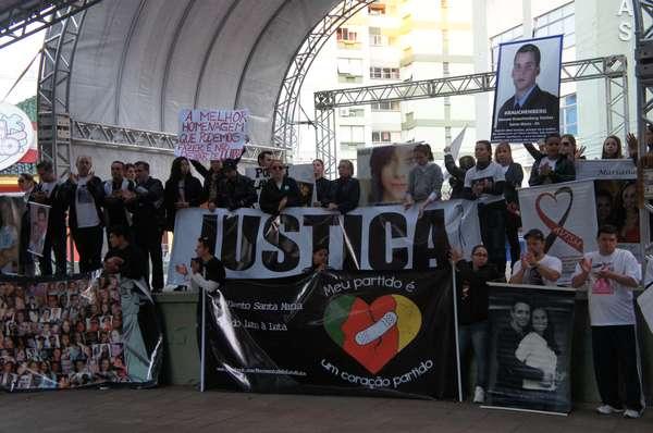 Familiares e amigos de vítimas da Boate Kiss demonstram revolta com decisão do TJ-RS que concedeu liberdade aos réus do processo que apura as responsabilidades pela tragédia